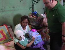 Manuel Mejicanos compartió un agradable momento con Maryori Pérez, quien sufrió quemaduras en el rostro. (Foto Prensa Libre: Juan Carlos Rivera)