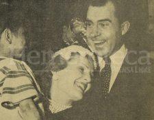"""Richard Nixon y su esposa """"Pat"""" sonríen al encontrarse con un niño que se encontraba en las gradas del Palacio Nacional. (Foto: Hemeroteca PL)"""