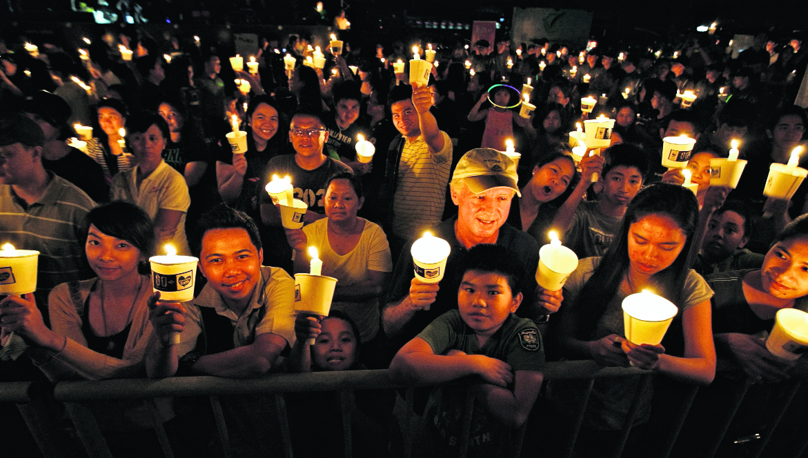 Personas de más de 175 países apagarán sus luces eléctricas durante una hora, para celebrar La Hora del Planeta. (Foto Prensa Libre: EFE).