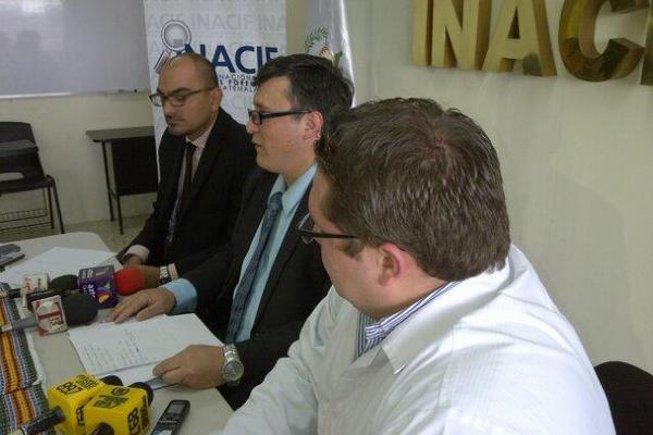 El director del Inacif, Jorge Cabrera acompañado de expertos dieron a conocer los nombres de las siete personas de la masacre. (Foto Prensa Libre: Sandra Valdez)