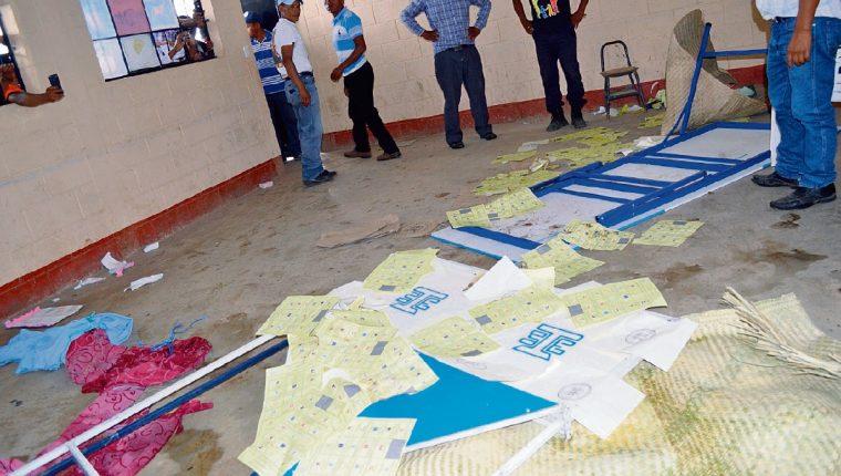 Pobladores de Joyabaj, Quiché, quemaron papeletas del centro de votación ubicado en el instituto Francisco Méndez Escobar, el pasado 6 de septiembre.