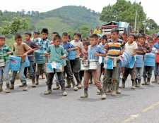 Niños de la escuela de Sejol, San Pedro Carchá, Alta Verapaz, utilizaron instrumentos musicales elaborados con objetos reciclados para ensayar y festejar el aniversario de la Independencia. (Foto Prensa Libre: Eduardo Sam Chun)