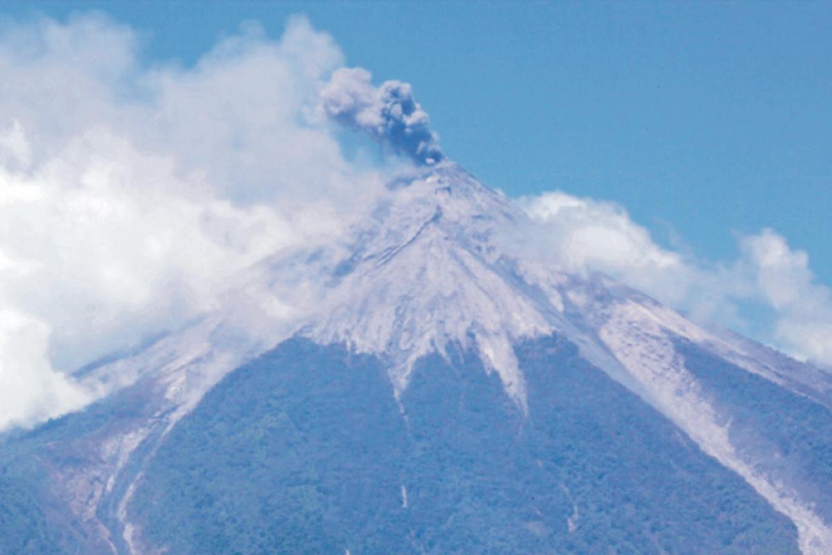 El Volcán de Fuego, de tres mil 763 metros de altitud, está ubicado entre Chimaltenango, Escuintla y Sacatepéquez.