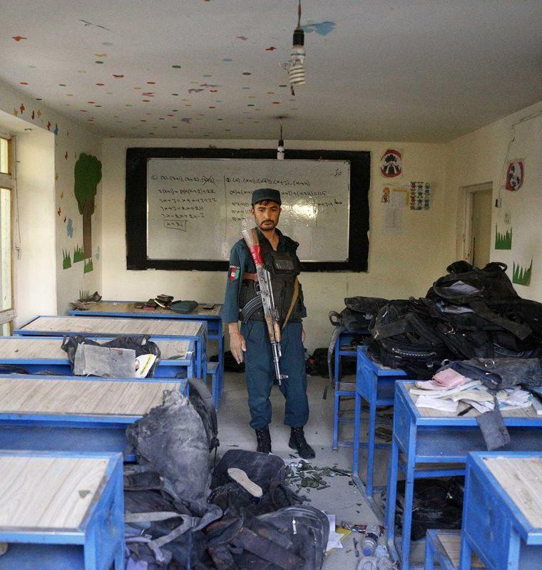 Autoridades inspeccionan centro educativo  (Foto Prensa Libre: EFE)