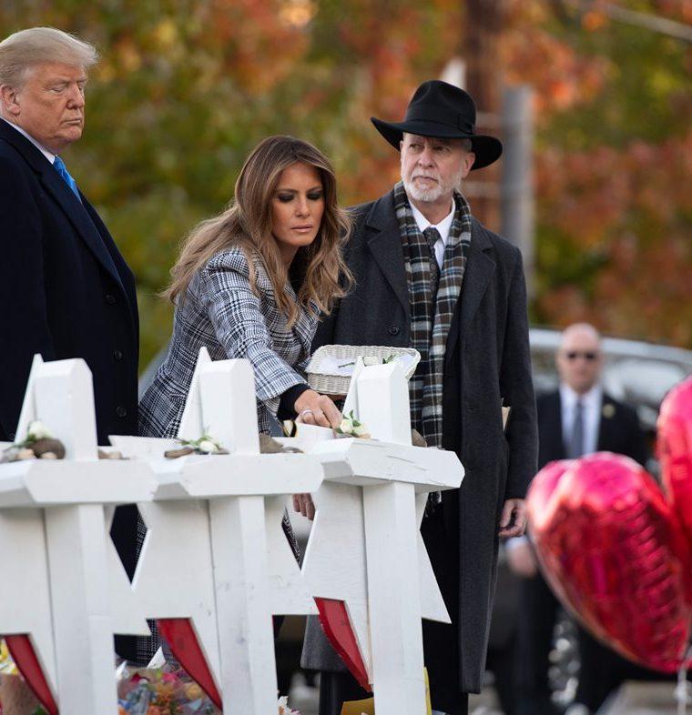 El presidente Donald Trump y su esposa, Melania, honran a las víctimas de ataque en sinagoga. (Foto Prensa Libre: AFP)