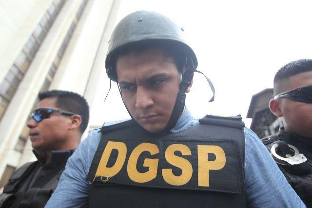 Jabes Meda llegó a Tribunales bajo fuertes medidas de seguridad. (Foto Prensa Libre: Estuardo Paredes)