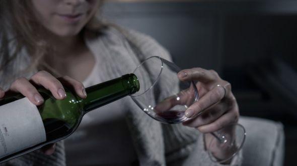 ¿Te has preguntado alguna vez si estás usando el alcohol como una estrategia para enfrentar los problemas en tu vida? GETTY IMAGES