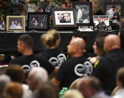 Familiares de víctimas de matanza asisten a un memorial en fotografía. (Foto Prensa Libre: AP)