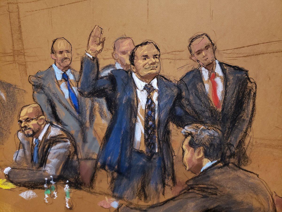 El Chapo (Centro/dibujo artístico) saluda a su esposa, Emma Coronel, en una de las audiencias del juicio en su contra en Estados Unidos. (Foto Prensa Libre: EFE)