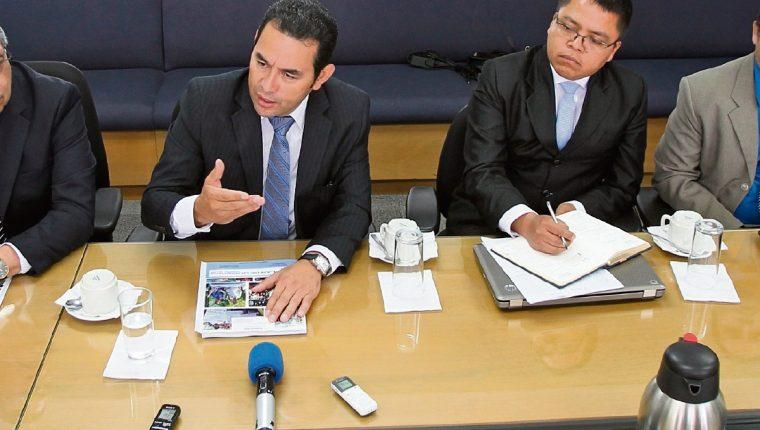 Jimmy Morales explica su plan de goiberno durante una reunión informativa en Prensa Libre. (Foto Prensa Libre: Esbin García)
