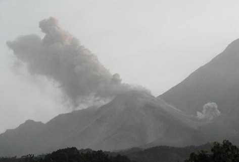 Las columnas de ceniza alcanzan los 800  metros sobre el cráter. (Foto Prensa Libre: Insivumeh)