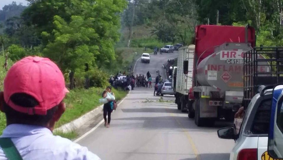 Los bloqueos en las rutas a Chisec, Alta Verapaz, se deben a la suspensión del servicio de energía eléctrica en 38 comunidades del sector. (Foto Prensa Libre: Eduardo Sam)