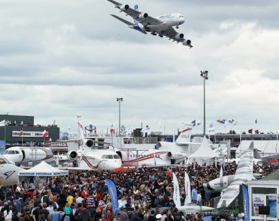 El Salón aeronáutico que cierre este domingo generó muchas visitas. (Foto Prensa Libre: AP)