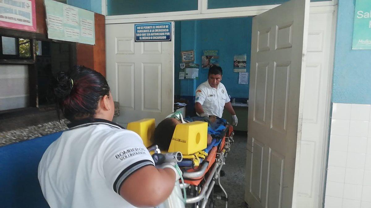 Bomberos auxilian al menor Henry Alexander Ramírez quien fue arrollado por una motocicleta en Chiquimula. (Foto Prensa Libre: Mario Morales).