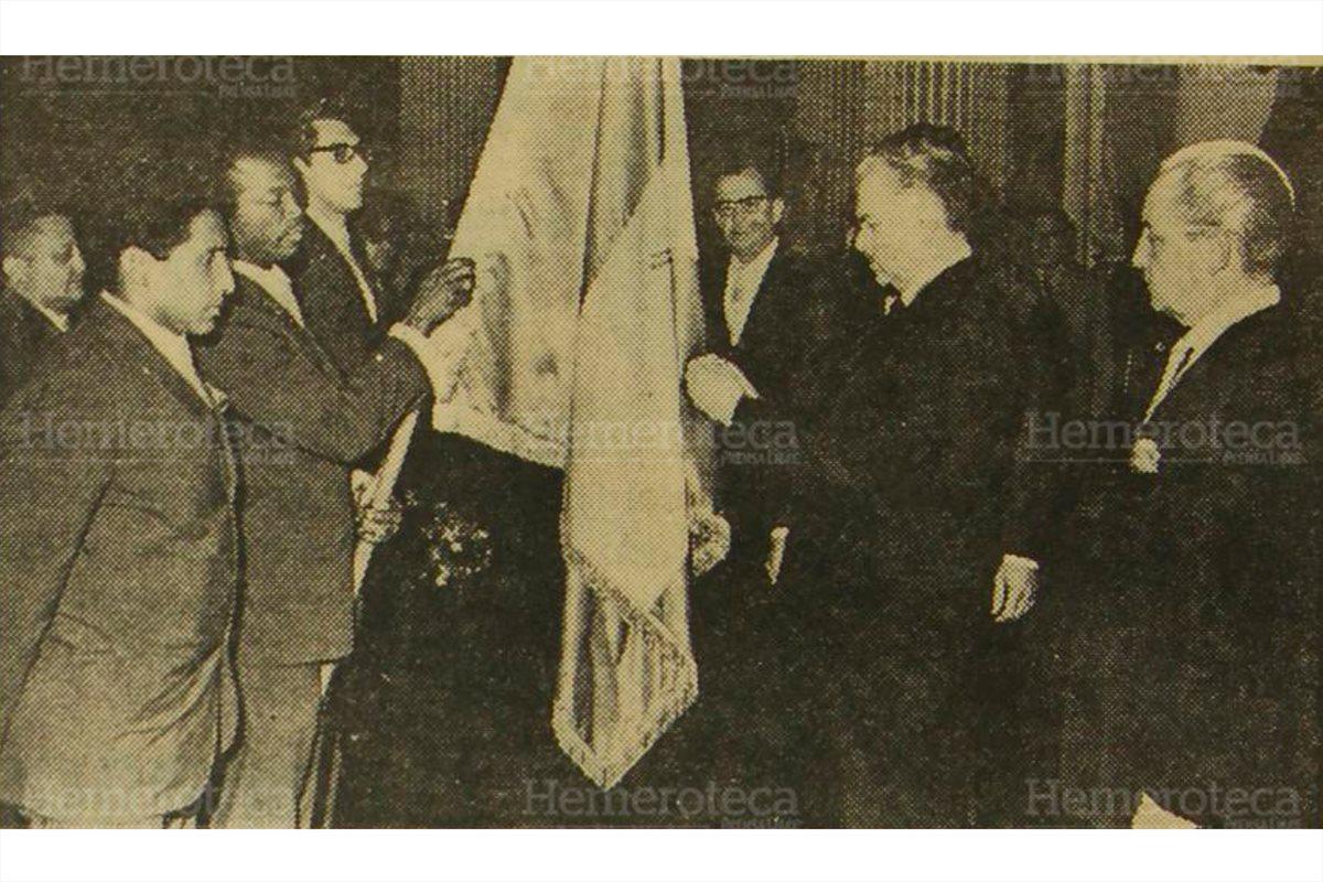 El presidente de la República, Julio César Méndez, impone la Orden del Quetzal, en el grado de oficial al pabellón patrio,  luego de haber obtenido el título del III Norceca en Honduras. 20/3//1967 (Foto: Hemeroteca PL)