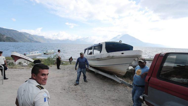 Esta es la lancha siniestrada en el Lago de Atitlán, Sololá. (Foto Prensa Libre: Juan Diego González)