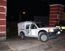Vehículo del Ministerio Público que llegó a la diligencia con la PNC, en la que se detuvo a la auxiliar fiscal y a los otros sospechosos. (Foto Prensa Libre: Cortesía)