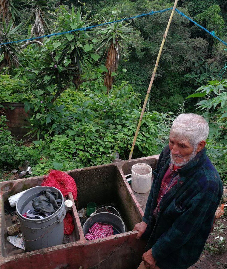 La pila donde el anciano lava la ropa de los niños, está a la orilla del abismo. (Foto Prensa Libre: Oscar García).