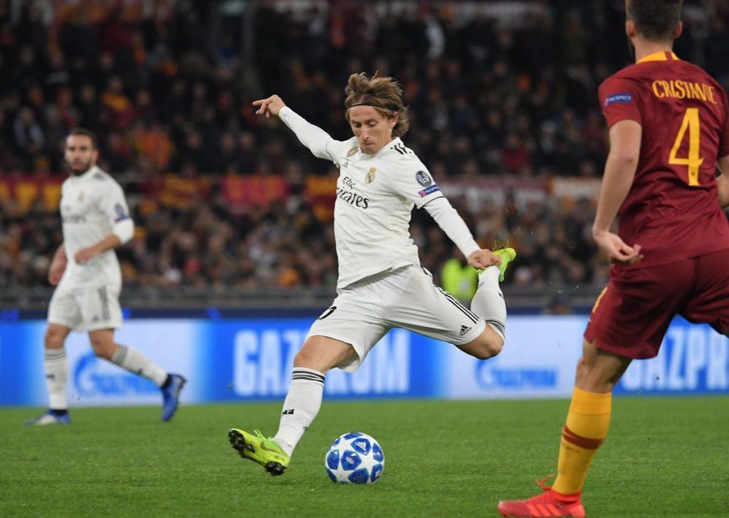 Luka Modrid define de larga distancia en el duelo contra la Roma. (Foto Prensa Libre: AFP).