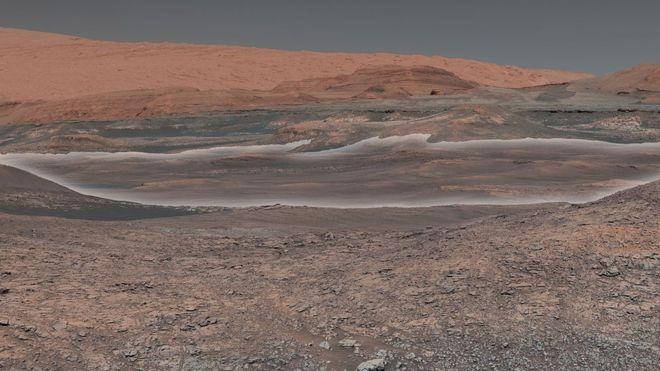 En el fondo de la imagen se observa el monte Sharp, una colina que el Curiosity ha estado escalando desde septiembre de 2014. (Foto: NASA/JPL-Caltech/MSSS)