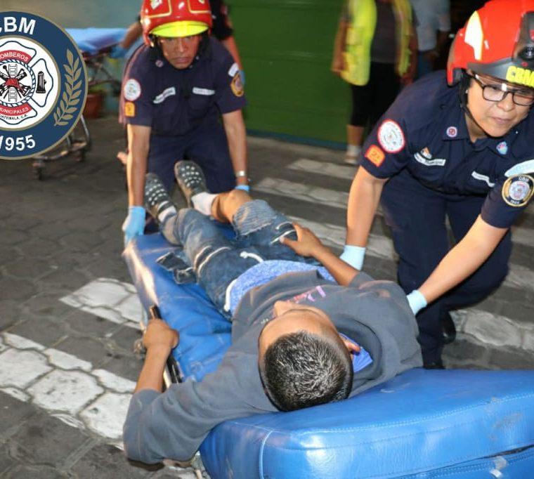 Los Bomberos Municipales trasladaron a varias personas heridas entre ellas dos agentes de la PNC que fueron baleados en Lo de Carranza, San Juan Sacatepéquez. (Foto Prensa Libre: CBM)