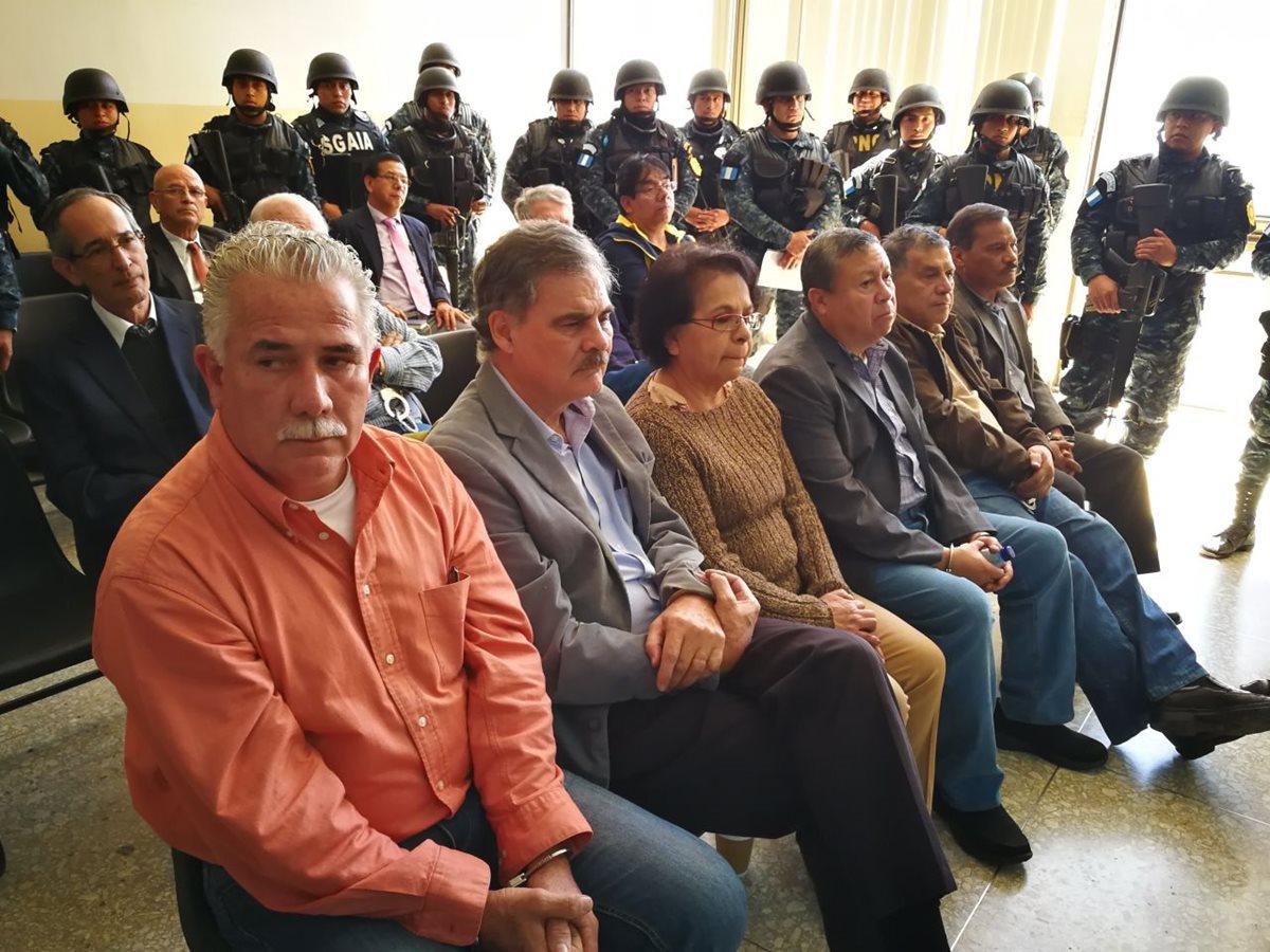 El expresidente Álvaro Colom y parte de su gabinete en el Juzgado Undécimo donde conocerán el motivo de su detención. (Foto Prensa Libre: Paulo Raquec)