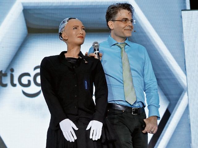 Ayer en la presentación la robot estaba consciente de que se encontraba en el país. A la derecha, su creador, David Hanson. (Foto Prensa Libre: Esbin García)