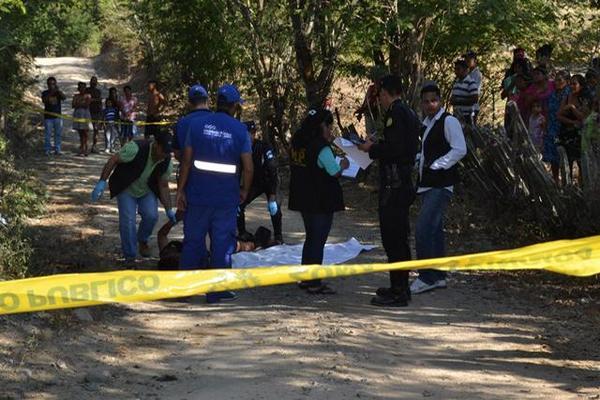 Las autoridades investigan muerte de un hombre en Zacapa. (Foto Prensa Libre: Víctor Gómez)