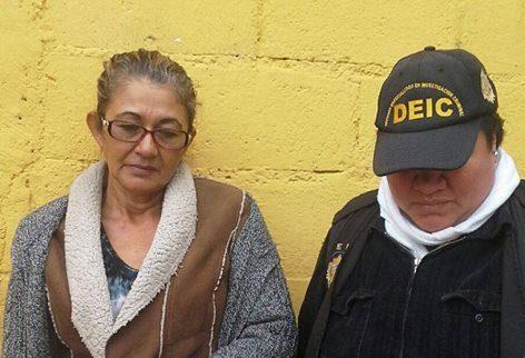 Delia Ávalos es llevada a la Torre de Tribunales por agentes de la Deic. (Foto Prensa Libre: Cortesía PNC)