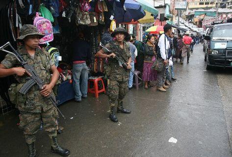 Soldados patrullan calles de Cobán, Alta Verapaz, en el marco del  estado de Sitio impuesto por Álvaro Colom.