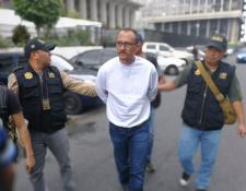 Marroquín ingresa a la Torre de Tribunales custodiado por agentes de la PNC. (Foto Prensa Libre: Esbin García)