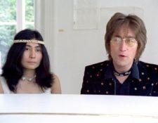 Imagen del video clip de la canción Imagine, en la que se ve a John Lennon junto a Yoko Ono. (Foto Prensa Libre: YouTube)