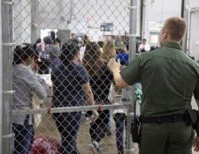 Autoridades migratorias de EE. UU. han separado a las familias de indocumentados que intentaron cruzar la frontera sur. (Foto Prensa Libre: EFE)