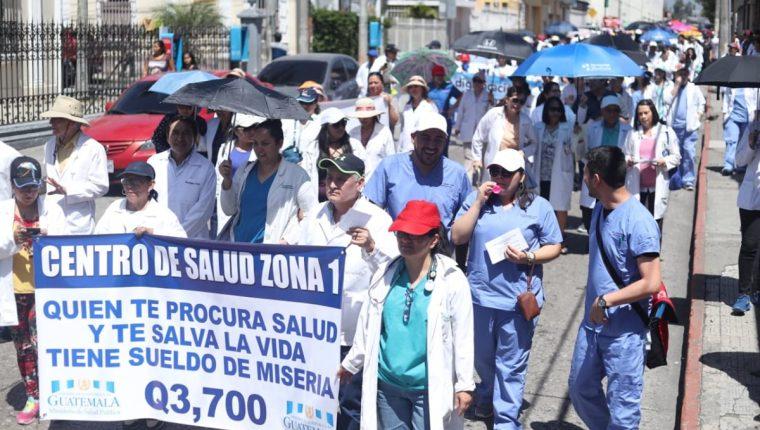 Médicos caminan del Paraninfo a la Casa Presidencial en demanda de mejores sueldos. (Foto Prensa Libre: Esbin García)