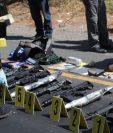 Encuentran fusiles y dinero escondido dentro de un vehículo. (Foto Prensa Libre: Estuardo Paredes)