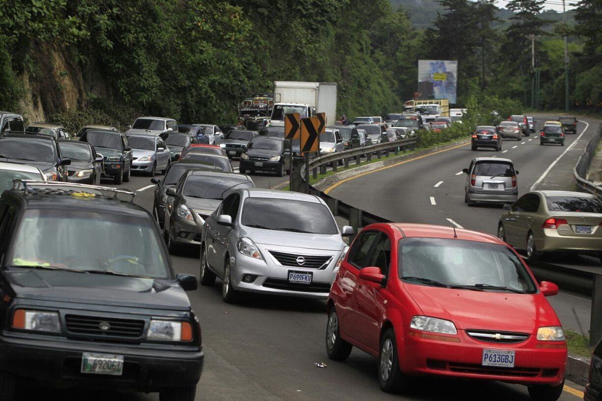 Cientos de automovilistas atrapados en el tránsito esperando que se libere la ruta, luego de más de seis horas de congestionamiento. (Foto Prensa Libre: Edwin Bercián)