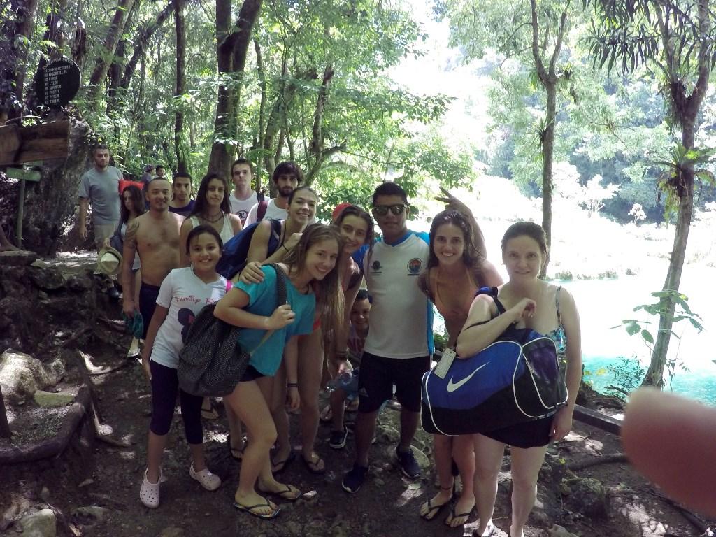 Grupo de turistas visita unas de las áreas de Semuc Champey. (Foto Prensa Libre: Eduardo Sam).