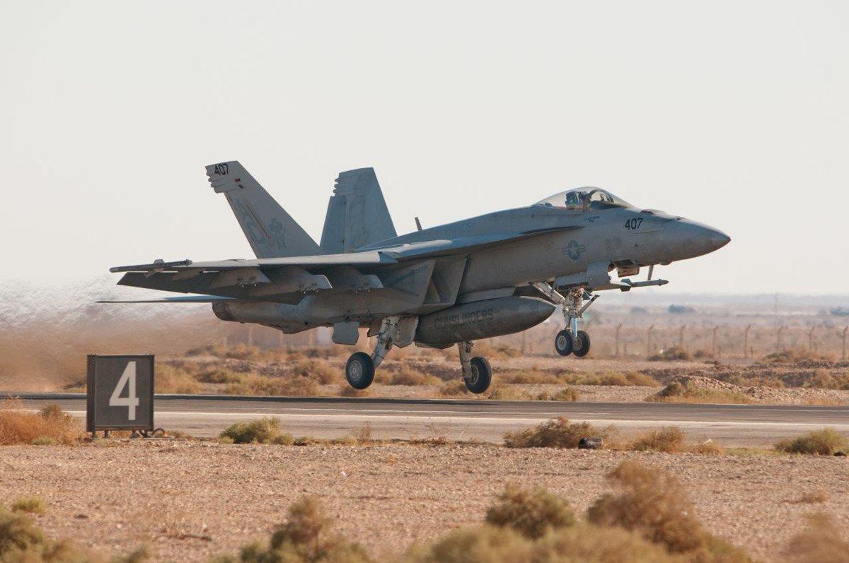 US Navy F-18, prototipo de una de las aeronaves involucradas en el accidente. (Foto Prensa Libre: AFP)