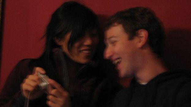 Esta foto borrosa con Priscilla es de 2005. (MARK ZUCKERBERG/FACEBOOK)