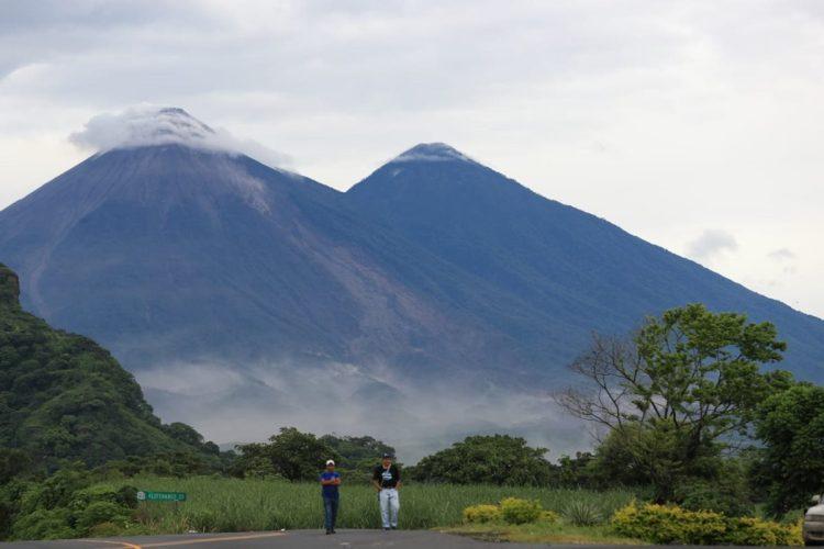 La actividad del Volcán de Fuego no cesa y por momentos el material piroclástico baja por las laderas.