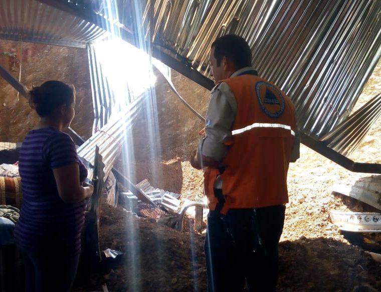 Juan Alberto López, de 55 años, murió soterrado mientras dormía en su vivienda, ubicada en Sansare, El Progreso, debido a que la lluvia provocó un derrumbe. (Foto Prensa Libre: Cortesía Conred)