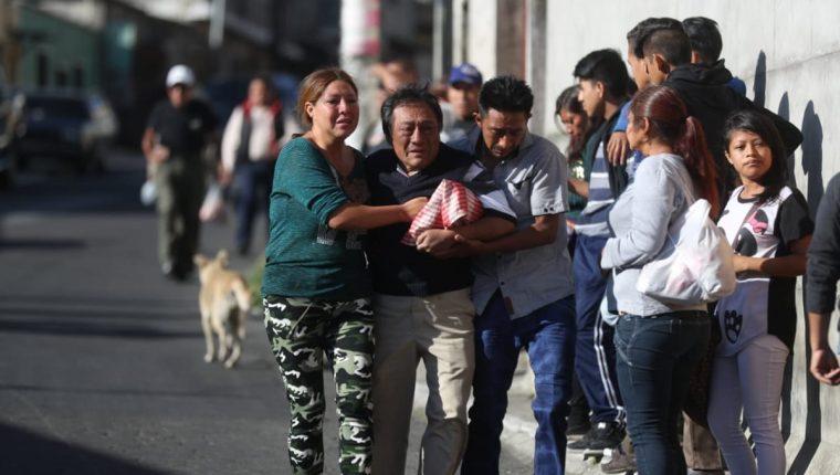 Familiares lloran la muerte violenta de Joselyn Victoria Chirix. (Foto Prensa Libre: Óscar Rivas)