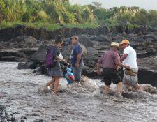 Las autoridades recomiendan a las personas no arriesgarse al cruzar ríos. (Foto Prensa Libre: Cortesía Víctor Chamalé)