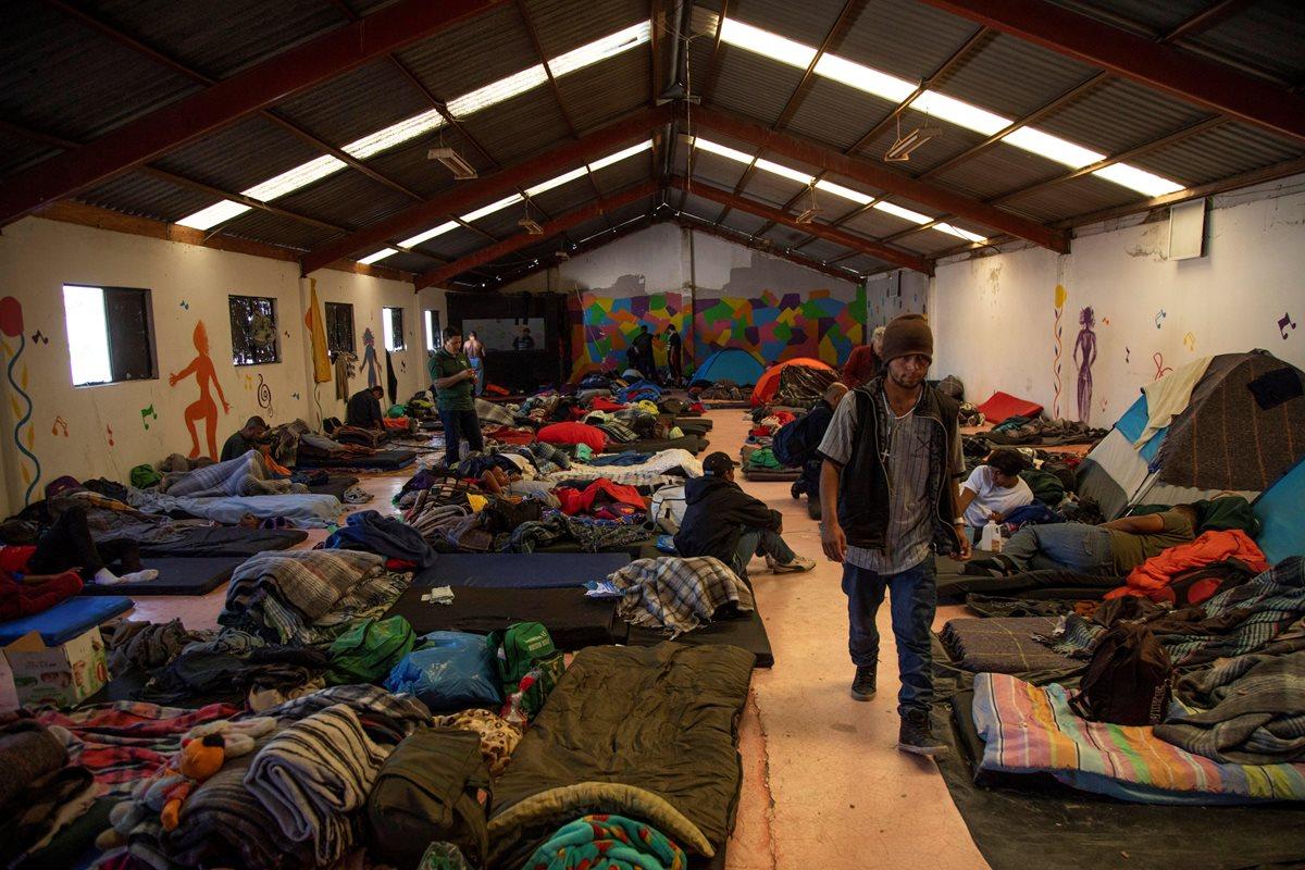 Unos 2 mil migrantes se encuentran en albergues de Tijuana, frontera con San Diego.(Foto Prensa Libre: EFE)