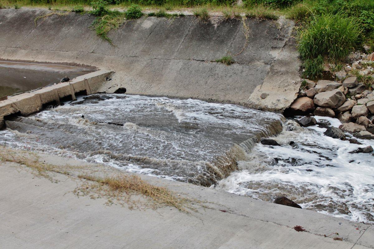 Un problema crítico y generalizado en la región es el uso de agua contaminada para el riego cerca de las grandes ciudades. (Foto Prensa Libre: MARN)