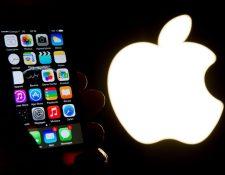 La vida de la batería del iPhone X y iPhone 8 podría ser más corta si el usuario opta por cargarlo solamente con un cargador inalámbrico. (Foto Prensa Libre: AFP).
