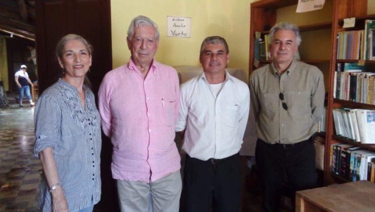 El literato Mario Vargas Llosa en Zacapa, Guatemala (Foto Prensa Libre: Twitter / Evelyn Morataya).