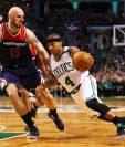 Isaiah Thoma de los Celtics mantiene la pelota mientras es marcado por Marcin Gortat. (Foto Prensa Libre: AFP)