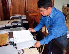 Darío Poz, director del Codede de Quetzaltenango, revisa documentación de obras de municipalidades. (Foto Prensa Libre: Carlos Ventura)