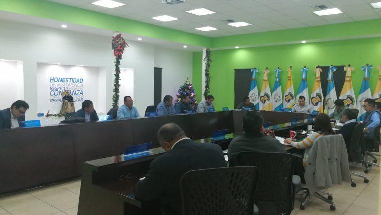 El pleno del Concejo de Mixco, durante la primera reunión ordinaria de este año, celebrada el miércoles 3 de enero. (Foto Prensa Libre: Óscar Felipe Q.)